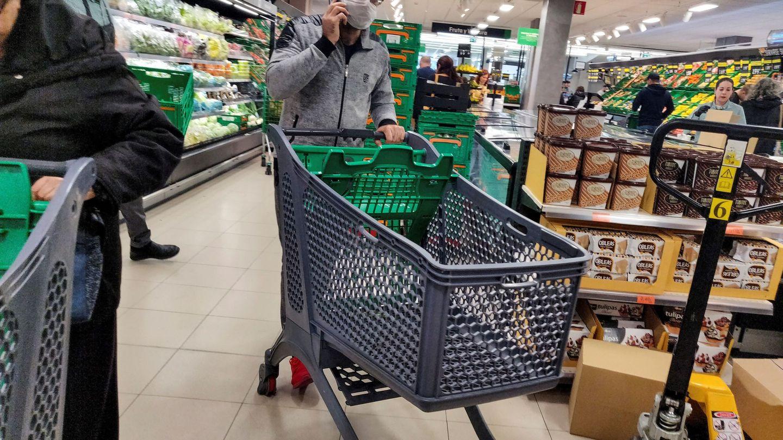 Un hombre hace la compra con mascarilla en un supermercado de Madrid. (EFE)