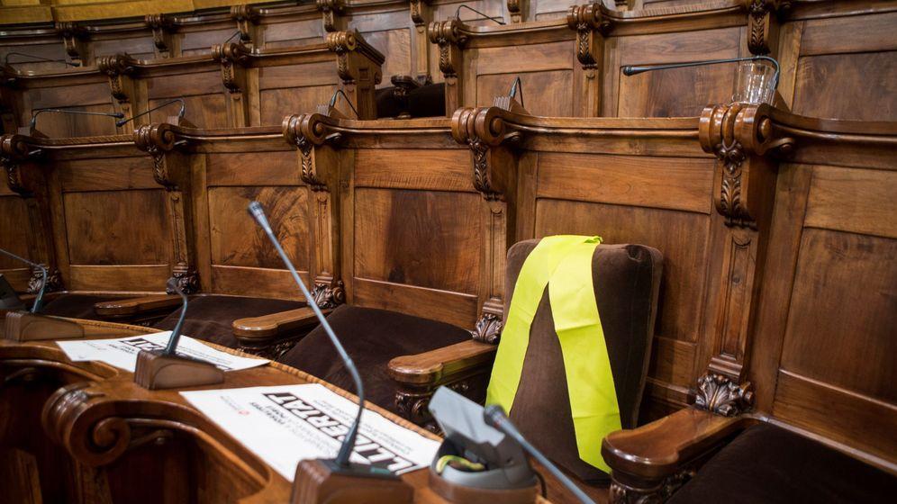 Foto: Lazo amarillo en uno de los escaños de los encarcelados. (EFE)