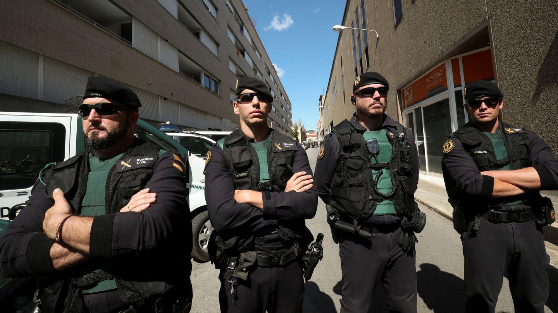 Agentes de la Guardia Civil, a las puertas de la sede de Unipost en Terrassa. (Reuters)