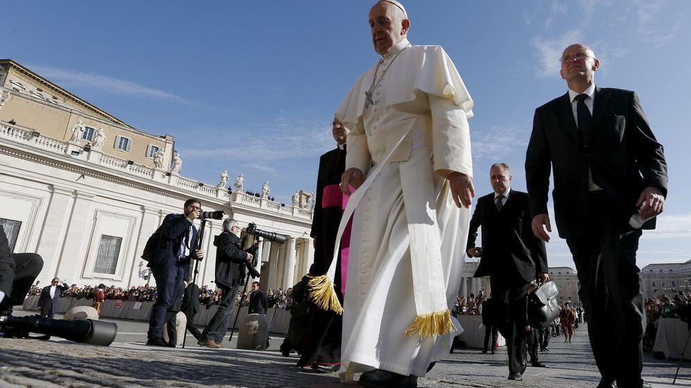 Foto: El papa Francisco acompañado del jefe de seguridad del Vaticano, Domenico Giani, en la Plaza de San Pedro, el 4 de noviembre de 2015. (Reuters)