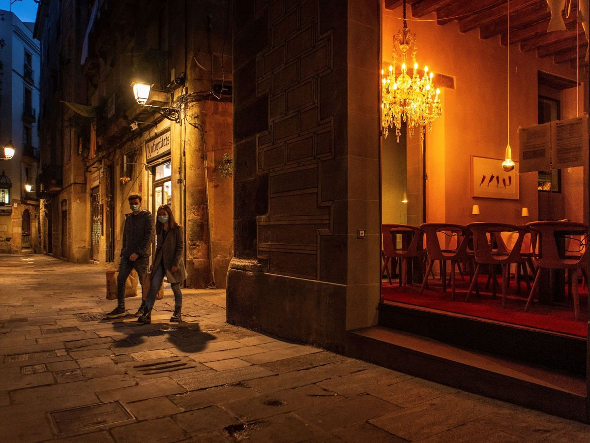 Foto: Una pareja pasea por la noche en Barcelona. (EFE)