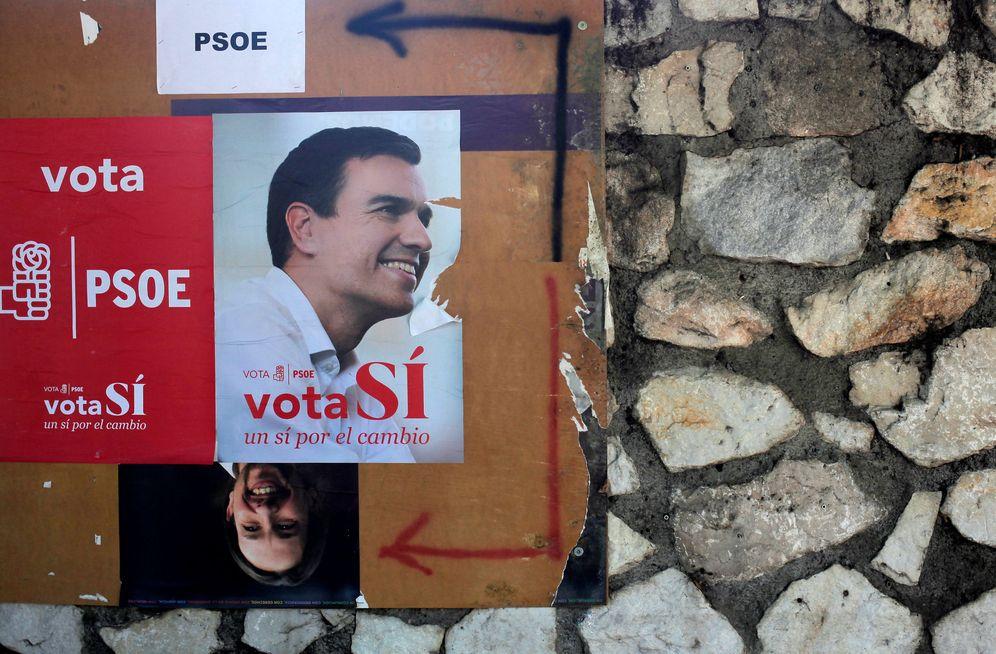 Foto: Póster de Pedro Sánchez para el 26-J y de Pablo Iglesias el 20-D en una calle de Benalmádena, Málaga, el pasado 15 de junio. (Reuters)