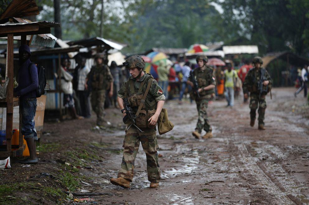 Soldados franceses patrullan una calle de Boda (Reuters).