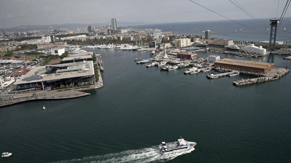 Foto: Un barco turistico se aleja del puerto de Barcelona. (EFE)