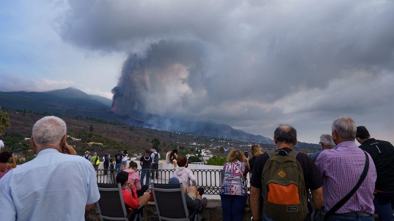 Numerosas personas observan desde un mirador de la localidad de Tajuya, en el municipio de El Paso, la evolución del volcán. (EFE)