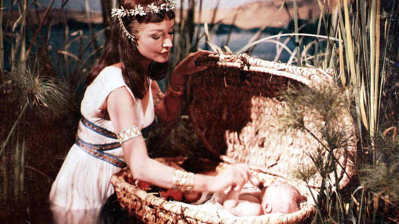 Nina Foch y el pequeño Moisés, en una de las secuencias de la película. (CP)
