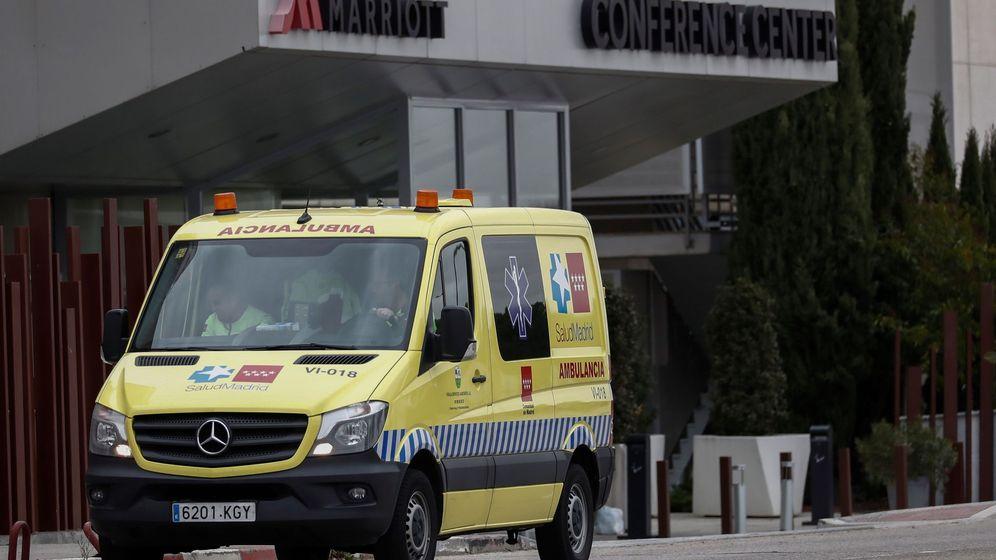Foto: Una ambulancia a las puertas del Hotel Marriot de Madrid. (EFE)