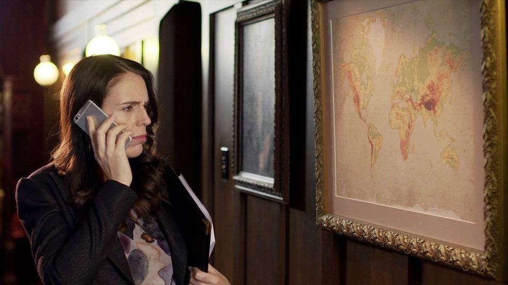 Foto: La primera ministra neozelandesa Jacinda Ardern descubre estupefacta que, efectivamente, su país no aparece en los mapas
