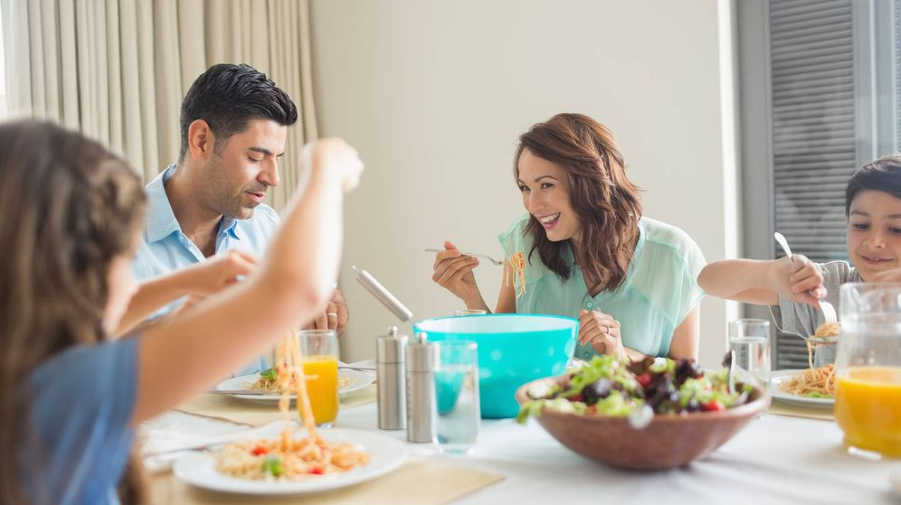 Foto: Cenar en familia es importante. (iStock)