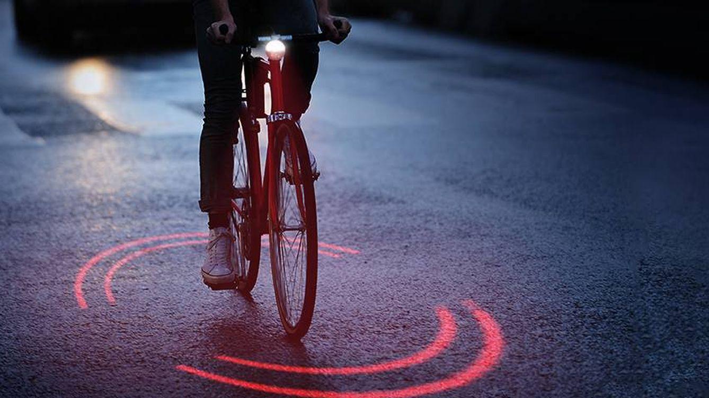 El invento de luces inteligentes que alejará a los coches de las bicicletas y ciclistas