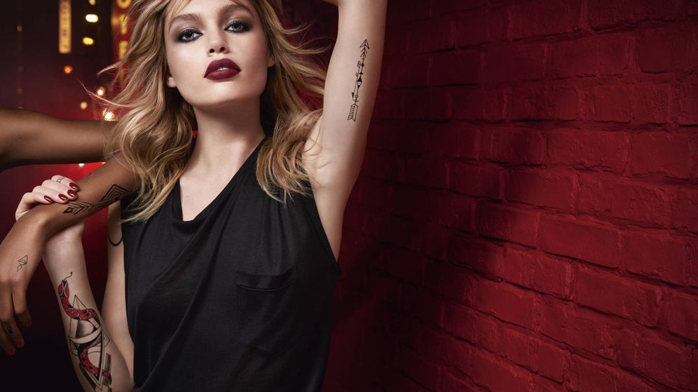 Foto: Existen trucos para llevar un color de labios mate perfecto como el de Staz Lindes y su Tatouage Couture de Yves Saint Laurent.