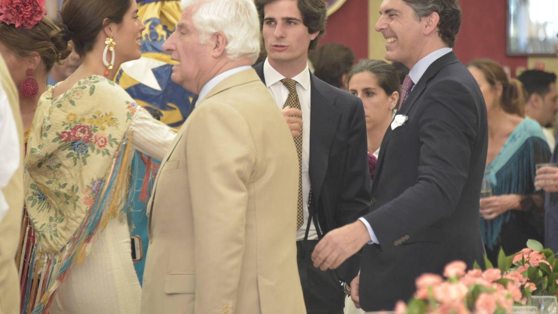 Sofía Palazuelo, Fernando Fitz-James Stuart y el duque de Alba en la Feria de Abril. (Sevilla Press)
