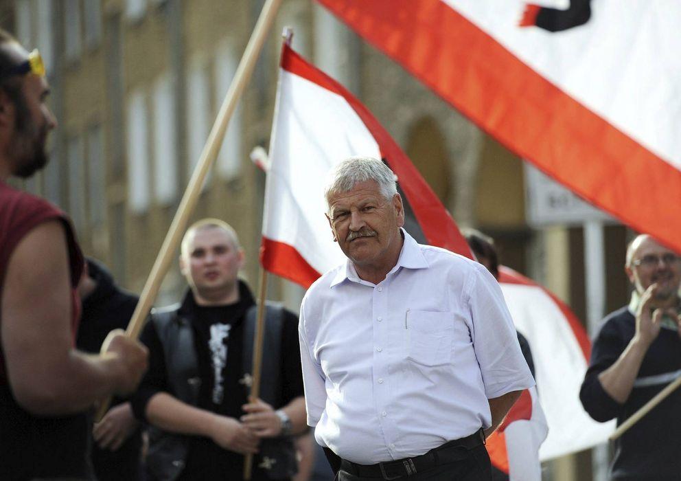 """Foto: Udo Voigt (c), participa en una concentración del partido ante la editorial del periódico """"Junge Welt"""", antiguo órgano de prensa de las Juventudes Soc"""