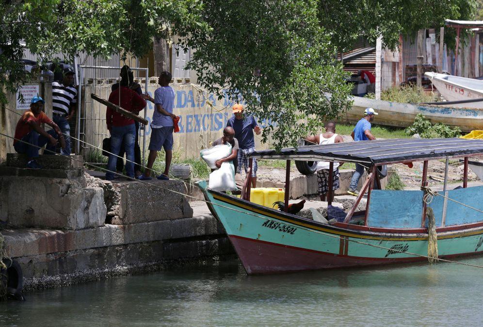 Foto: Venezolanos cargan un barco de comida y bienes comunes para llevar de regreso a su país, en el puerto de San Fernando, Trinidad, el 15 de junio de 2016 (Reuters)