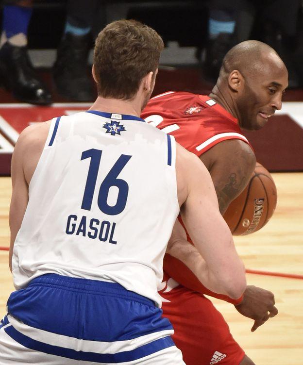 Foto: Kobe Bryant trata de superar a Pau Gasol (Efe).