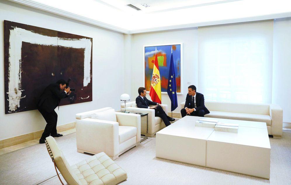 Foto: Pedro Sánchez y Pablo Casado durante su primera reunión en La Moncloa, este 2 de agosto. (EFE)