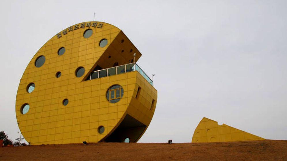Foto: Un edificio con forma de queso sirve de mirador de la pradera (Foto: Ismil Cheese Park)