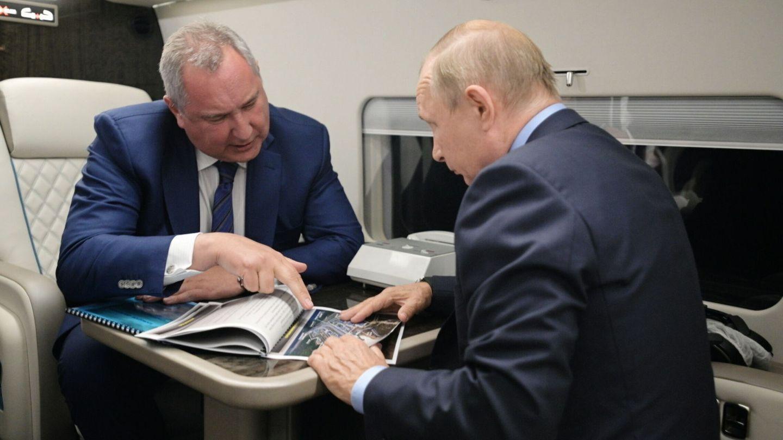 Rogozin le enseña un Powerpoint a Putin