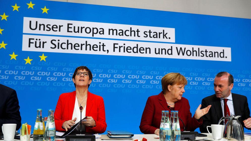 Foto: Campaña para las elecciones europeas con Annegret Kramp-Karrenbauer, Angela Merkel y Manfred Weber. (Reuters)