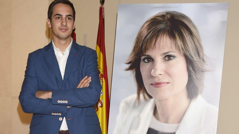 Foto: Lorenzo Díaz junto a una imagen de su madre, Concha García Campoy (Gtres)