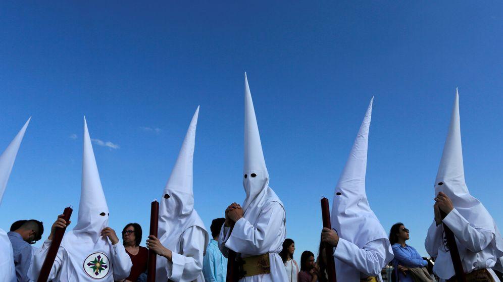 Foto: Penitentes de la hermandad de San Gonzalo en Sevilla (Reuters)