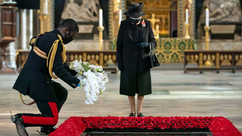 La reina, al pie de la tumba del Soldado Desconocido. (Getty)