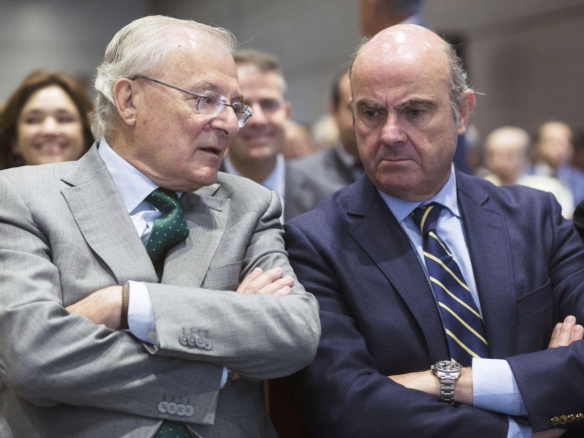 Foto: Manuel Azuaga (i), presidente de Unicaja Banco, y Luis de Guindos, vicepresidente del BCE. (EFE)