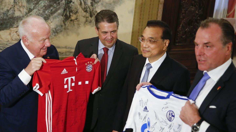 Las camisetas del Bayern y del Schalke 04 en una visita del ministro de Exteriores alemán a Pekín. (EFE)