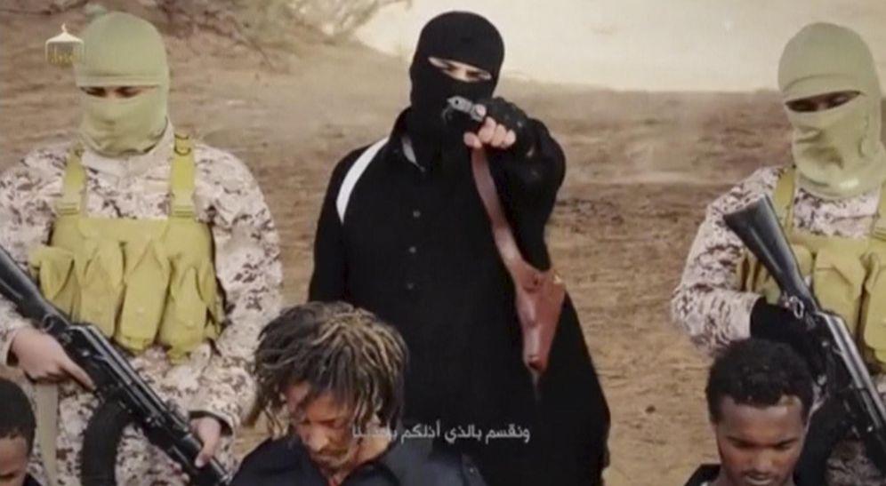 Foto: Un miliciano del Estado Islámico en una imagen de un vídeo difundido por el ISIS sobre la presunta ejecución de cristianos etíopes en Libia (Reuters).
