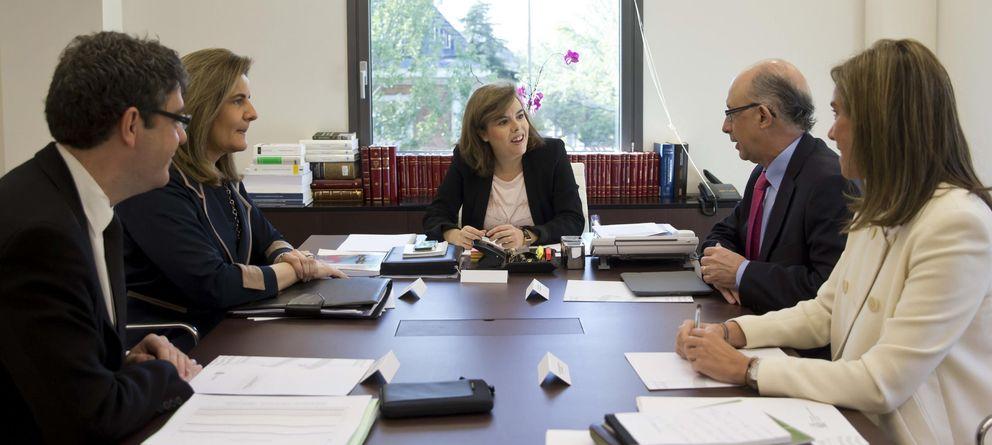 Foto: Álvaro Nadal, Fátima Báñez, la vicepresidenta Sáenz de Santamaría, Montoro y Ana Mato en la última reunión del grupo de ministros que coordina el Plan. (EFE)