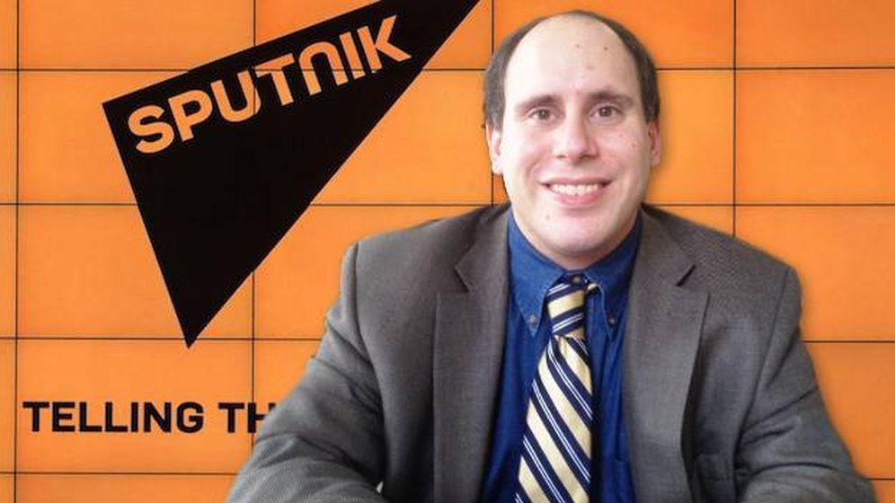 Foto: Andrew Feinberg y el logotipo de Sputnik. (Montaje: E. Villarino)