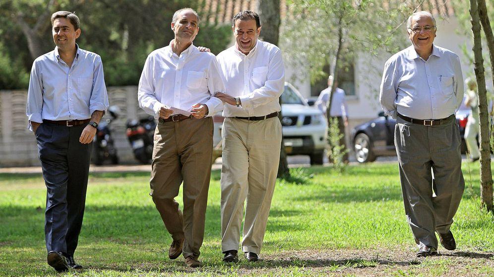Foto: Francisco Camps (2i), bromea con Gerardo Camps acompañado por Vicente Rambla (i) y Juan Cotino en una imagen de archivo. (EFE)