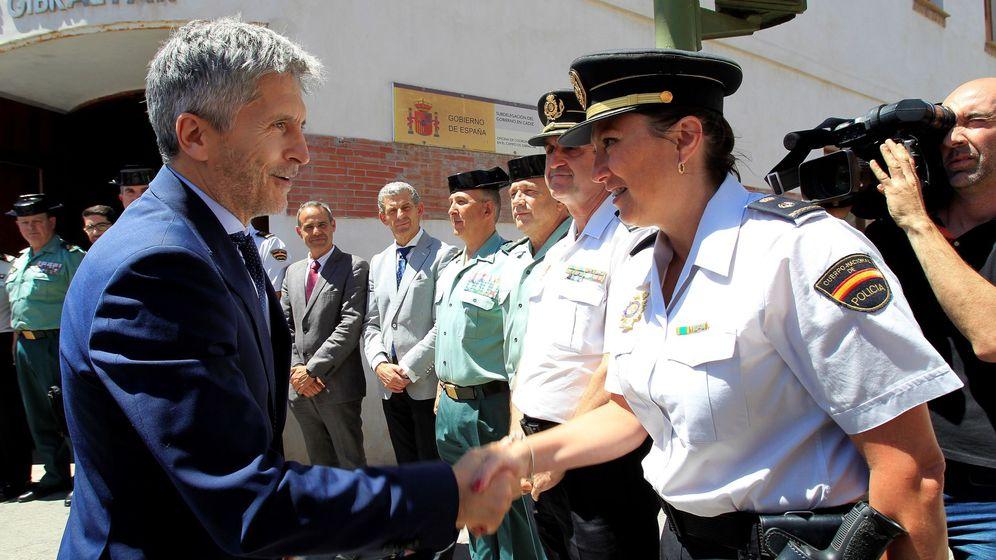 Foto: El ministro del Interior, Fernando Grande-Marlaska, saluda a una agente de Policía en Algeciras este jueves. (EFE)