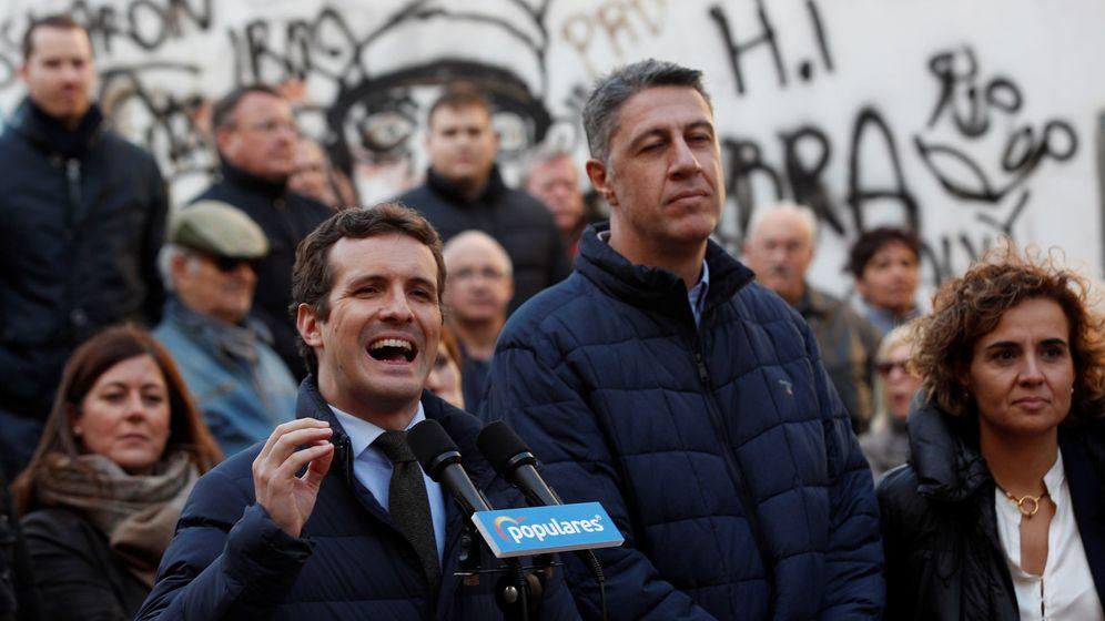 Foto: El líder del PP, Pablo Casado, junto al alcaldable de su partido por Badalona, Xavier García Albiol (c), y Dolors Montserrat (d). (EFE)