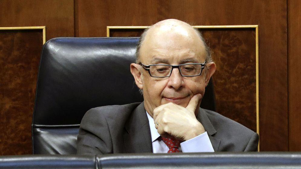 Foto: El ministro de Hacienda, Cristóbal Montoro, pensativo durante el Pleno del Congreso (Efe)