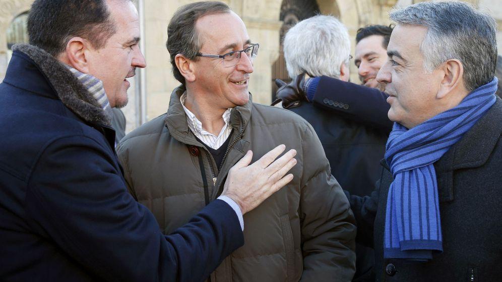 Foto: Fotografía de archivo de Alfonso Alonso (c) y Carlos Iturgaiz (i). (EFE)