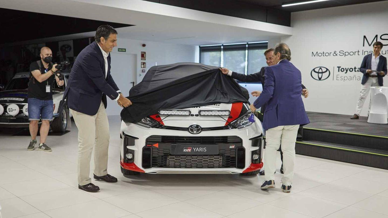 Miguel Carsi y Teo Martín, máximos responsables de Toyota España y de MSi, desvelan el nuevo coche de carreras.