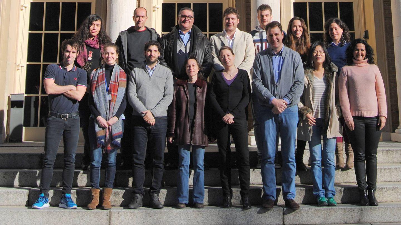 El grupo de investigación AC2 dirigido por Saiz López a principios de 2016; Serranía aparece en primera fila, a la izquierda. (mmuniz89 / Wikipedia)