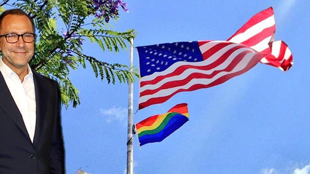 James Costos y Michael Smith izan la bandera gay en su casa de Los Ángeles