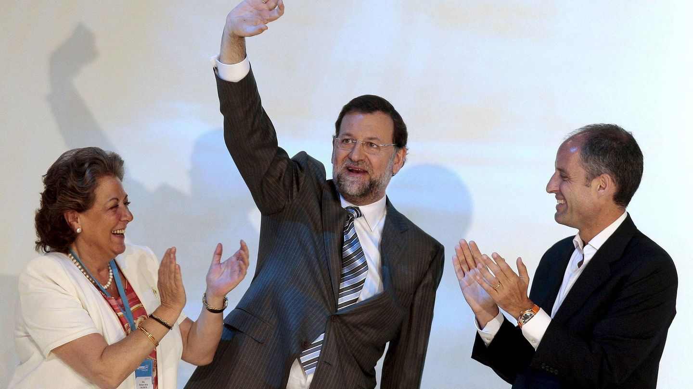 Con Mariano Rajoy y Francisco Camps, en el congreso del PP de 2008, su cumbre en cuanto a influencia política en la derecha española. (Efe)