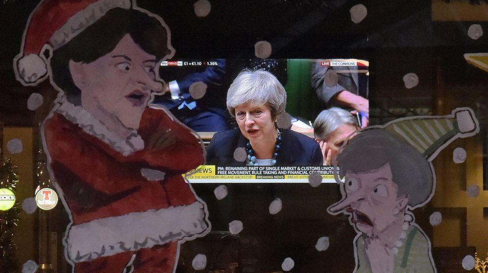 Foto: El discurso de la primera ministra, Theresa May, en la pantalla de televisión de un bar. (Reuters)