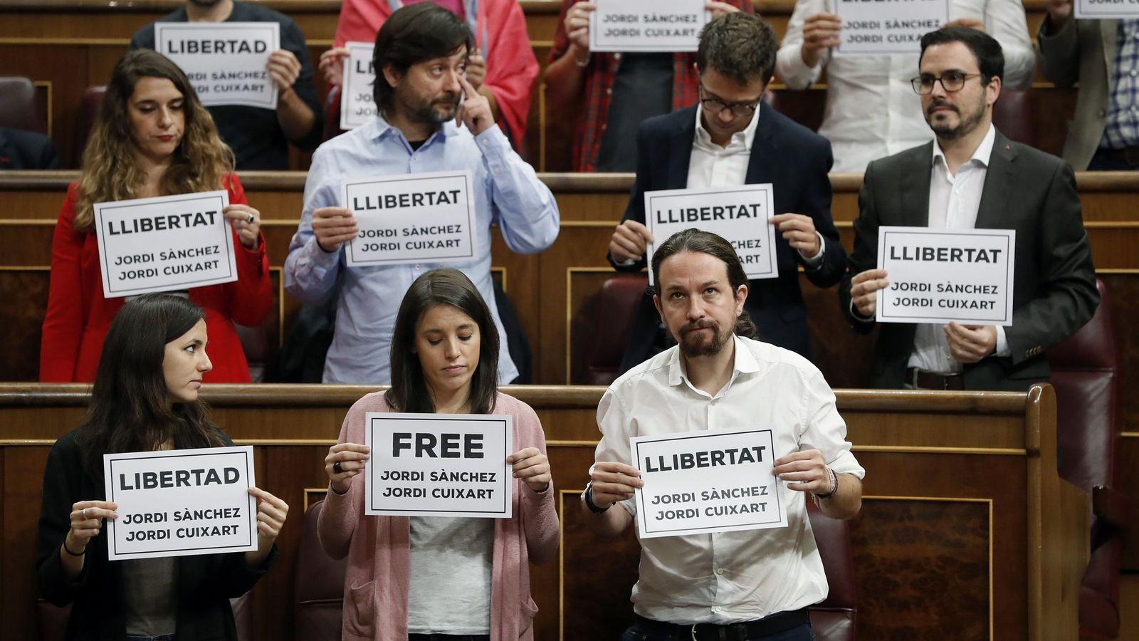 Foto: Los diputados de Unidos Podemos muestran carteles pidiendo la libertad de los responsables de las organizaciones ANC y Òmnium Cultural, Jordi Sànchez y Jordi Cuixart. (EFE)
