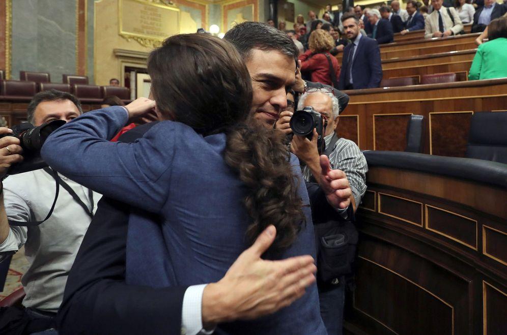 Foto: Pablo Iglesias felicita a Pedro Sánchez después de que ganara la moción de censura a Mariano Rajoy, el pasado 1 de junio. (EFE)