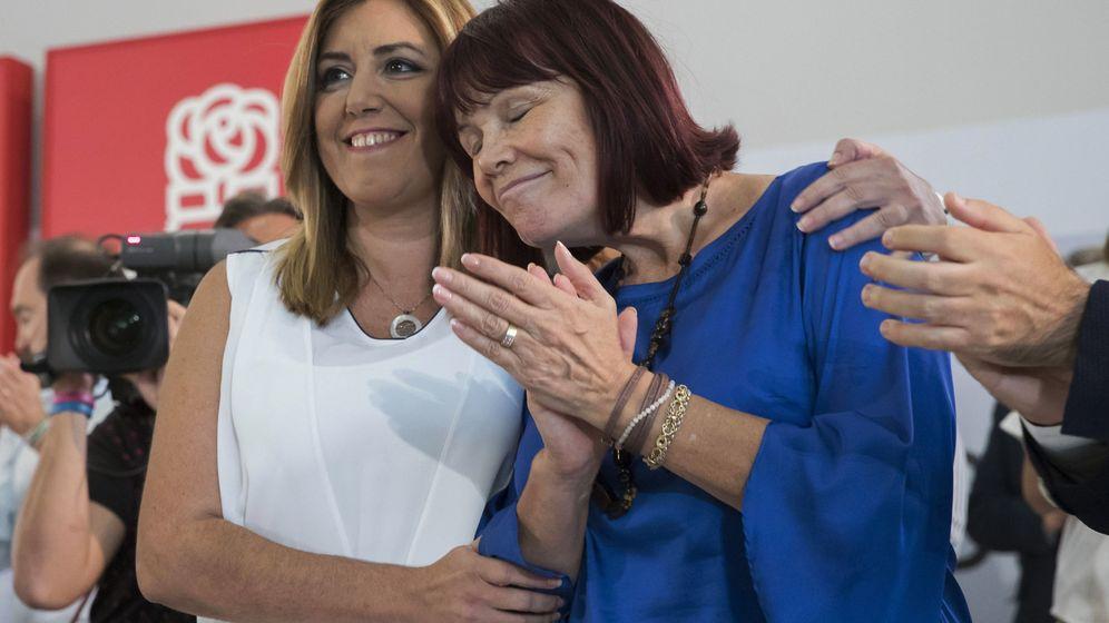 Foto: Susana Díaz y la presidenta del PSOE-A y expresidenta del PSOE, Micaela Navarro, este 29 de septiembre en la reunión del comité director en Sevilla. (EFE)