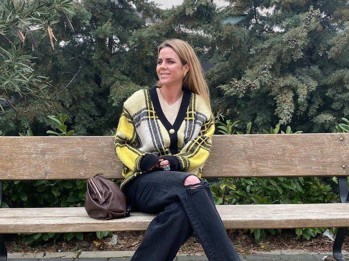 Foto: Amelia Bono tira de fondo de armario con su chaqueta de Zara. (Cortesía)