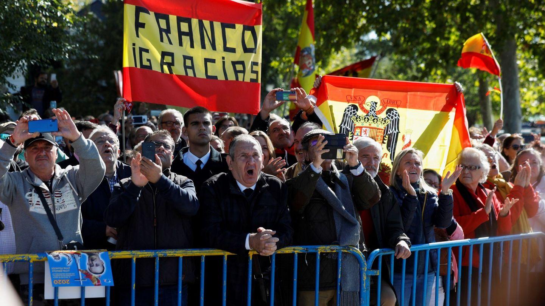 Un grupo de personas se concentran en el acceso del cementerio de El Pardo-Mingorrubio antes de la llegada de los restos del dictador Francisco Franco (EFE)