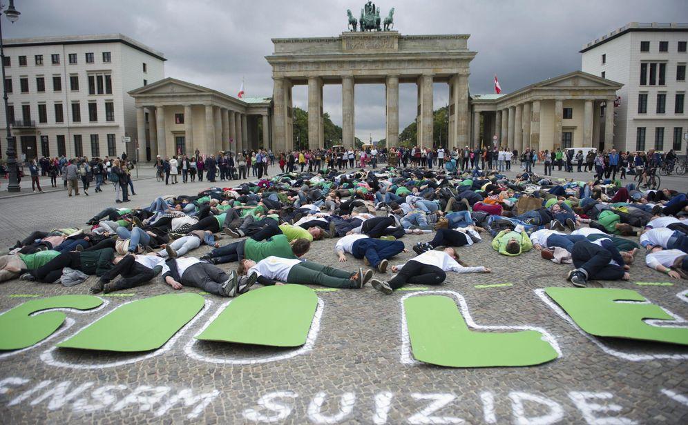 Foto: Activistas en Berlín pretenden generar conciencia sobre el suicidio (Efe)