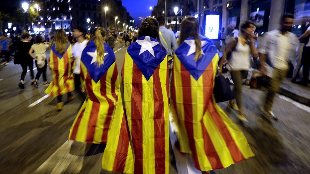 Foto: Varias jóvenes con banderas 'esteladas' en Barcelona. (EFE)