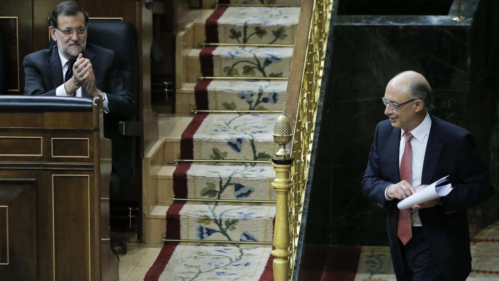 Foto: El ministro de Hacienda recibe el aplauso del presidente del Gobierno, Mariano Rajoy. (EFE)