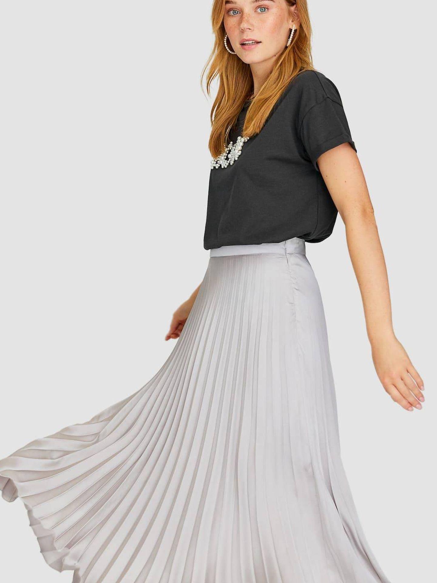 Falda plisada satinada. (Cortesía)